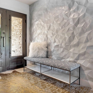 Idée de décoration pour un grand hall d'entrée minimaliste avec un mur blanc et une porte double.