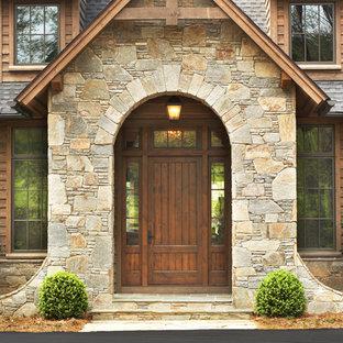 Пример оригинального дизайна: входная дверь в стиле рустика с одностворчатой входной дверью и входной дверью из темного дерева