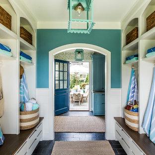 Diseño de vestíbulo posterior marinero con paredes azules y suelo negro