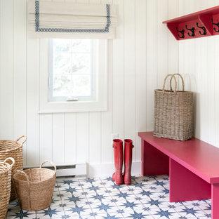 Ispirazione per un piccolo ingresso con anticamera costiero con pareti bianche, pavimento in gres porcellanato, pavimento blu e pareti in perlinato