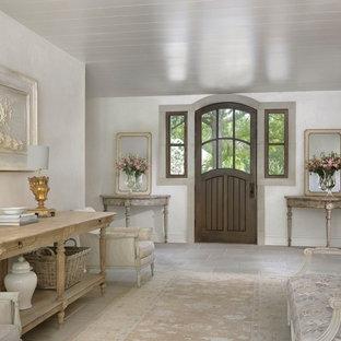 Aménagement d'un hall d'entrée romantique avec une porte simple, une porte en bois foncé, un sol gris et un mur gris.
