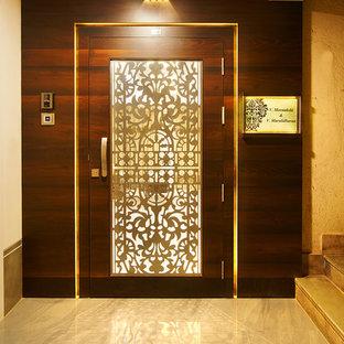 ムンバイのアジアンスタイルのおしゃれな玄関の写真