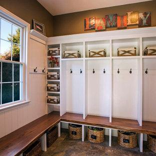 Immagine di un ingresso con anticamera country con pareti marroni