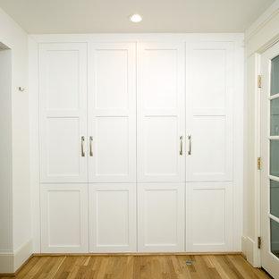 Idéer för att renovera ett mellanstort vintage kapprum, med vita väggar, en enkeldörr och ljust trägolv