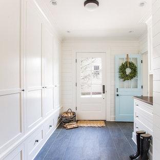 Idéer för ett mellanstort klassiskt kapprum, med vita väggar, skiffergolv, en tvådelad stalldörr och en blå dörr
