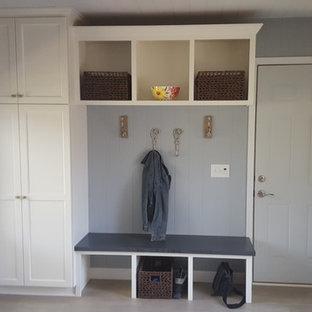 Inspiration för mellanstora shabby chic-inspirerade kapprum, med grå väggar, vinylgolv, en enkeldörr och en grå dörr