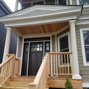 Inredning av en klassisk mellanstor ingång och ytterdörr, med bruna väggar, plywoodgolv, en enkeldörr, mörk trädörr och brunt golv