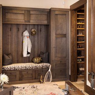 デンバーの中くらいのラスティックスタイルのおしゃれなマッドルーム (ベージュの壁、ライムストーンの床) の写真
