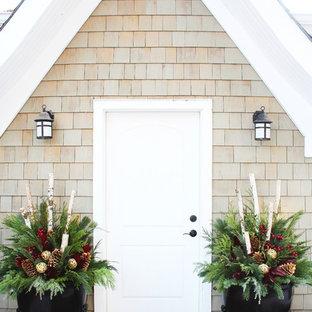 Modelo de puerta principal clásica con puerta simple y puerta blanca