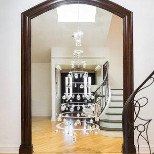 Ispirazione per un ingresso moderno di medie dimensioni con pareti bianche, parquet chiaro, una porta singola, una porta in legno scuro e pavimento giallo