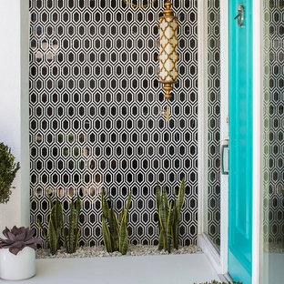 ロサンゼルスの片開きドアミッドセンチュリースタイルのおしゃれな玄関ドア (青いドア) の写真