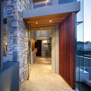 パースの回転式ドアコンテンポラリースタイルのおしゃれな玄関ドア (マルチカラーの壁、トラバーチンの床、ガラスドア) の写真
