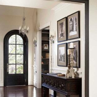 Идея дизайна: большая прихожая в классическом стиле с одностворчатой входной дверью, черной входной дверью, темным паркетным полом и белыми стенами