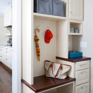 Aménagement d'une petit entrée classique avec un vestiaire, un mur gris et un sol en vinyl.