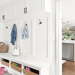 Modelo de vestíbulo posterior clásico renovado, de tamaño medio, con paredes grises, suelo gris, suelo de baldosas de porcelana, puerta simple y puerta blanca
