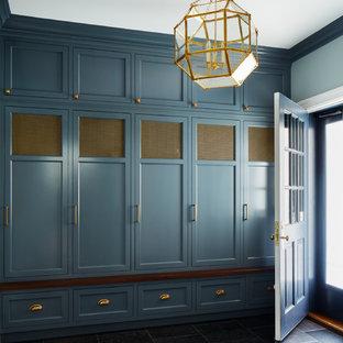 ニューヨークの中くらいの片開きドアトランジショナルスタイルのおしゃれなマッドルーム (グレーの壁、ライムストーンの床、グレーのドア、グレーの床) の写真