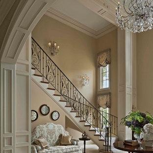 Idée de décoration pour un grand hall d'entrée tradition avec un mur beige et un sol en carrelage de céramique.