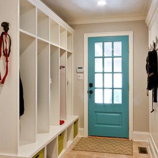 Пример оригинального дизайна: тамбур в классическом стиле с полом из травертина, серыми стенами, одностворчатой входной дверью и синей входной дверью