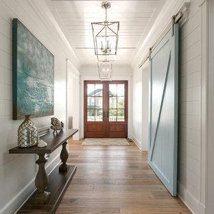 Cette image montre une entrée marine avec un sol beige et un couloir.