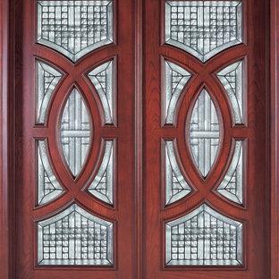 Cette photo montre une très grande porte d'entrée chic avec une porte double.