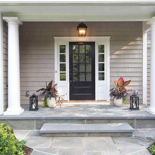 Klassische Haustür mit grauer Wandfarbe, Schieferboden, Einzeltür, schwarzer Tür und grauem Boden in New York