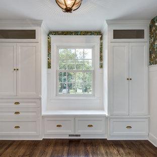 Esempio di un ingresso con anticamera chic di medie dimensioni con pareti marroni, pavimento in legno massello medio, una porta singola, una porta bianca e pavimento marrone