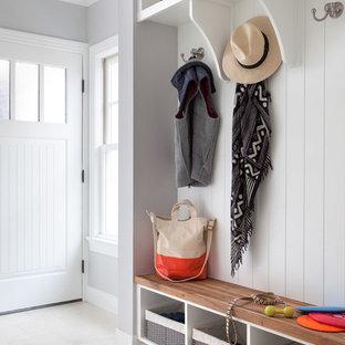 Inspiration för klassiska kapprum, med grå väggar, en enkeldörr och en vit dörr