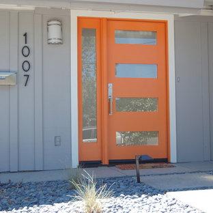Foto de puerta principal tradicional renovada, de tamaño medio, con paredes grises, puerta simple y puerta naranja