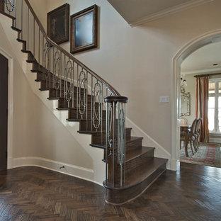 Inspiration för en mellanstor vintage ingång och ytterdörr, med beige väggar, mörkt trägolv, en enkeldörr och mörk trädörr