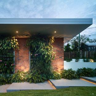 Diseño de puerta principal clásica, grande, con paredes marrones, suelo de granito, puerta pivotante, puerta de madera en tonos medios y suelo gris