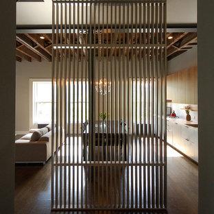 Inspiration för en eklektisk hall, med mörkt trägolv och brunt golv