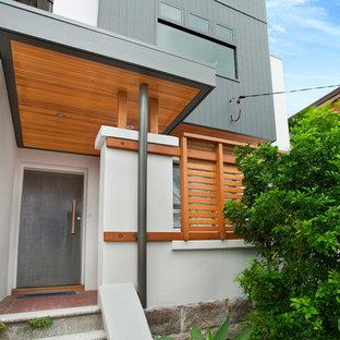 Неиссякаемый источник вдохновения для домашнего уюта: прихожая в современном стиле с металлической входной дверью