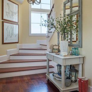 Источник вдохновения для домашнего уюта: фойе среднего размера в морском стиле с желтыми стенами и паркетным полом среднего тона