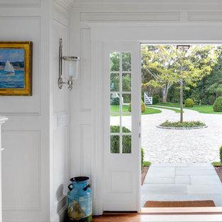 Modelo de distribuidor marinero, grande, con paredes blancas, suelo de madera en tonos medios, puerta pivotante y puerta azul