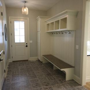 Inspiration för små amerikanska kapprum, med grå väggar, klinkergolv i keramik, en enkeldörr, en vit dörr och grått golv