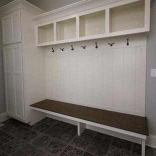 Cette photo montre une petit entrée craftsman avec un vestiaire, un mur gris, un sol en carrelage de céramique, une porte simple, une porte blanche et un sol gris.