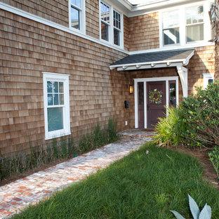 Modelo de puerta principal costera, pequeña, con paredes marrones, suelo de ladrillo, puerta simple y puerta marrón