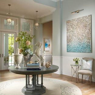 Kolonialstil Eingang mit Foyer, blauer Wandfarbe und Glastür in Tampa