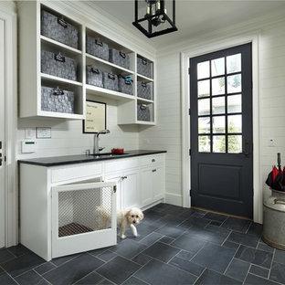 Foto de vestíbulo posterior tradicional con paredes blancas, puerta simple, puerta negra y suelo gris