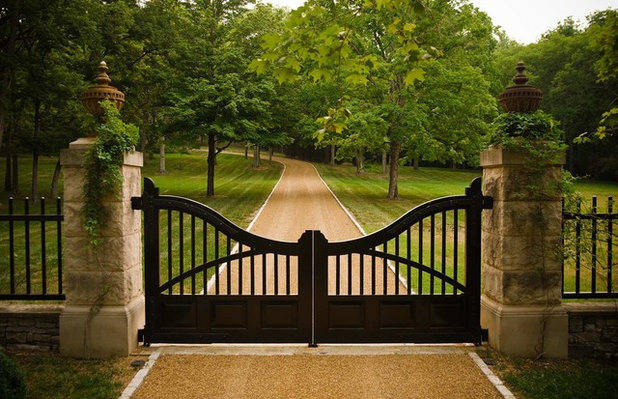 Traditional Entry by PAGE | DUKE Landscape Architects