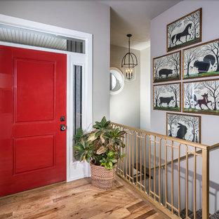 Kleiner Klassischer Eingang mit Einzeltür, Foyer, grauer Wandfarbe, braunem Holzboden und roter Tür in Sonstige