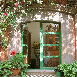 他の地域の両開きドア地中海スタイルのおしゃれな玄関ホール (緑のドア) の写真