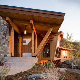 Свежая идея для дизайна: прихожая в современном стиле с металлической входной дверью - отличное фото интерьера