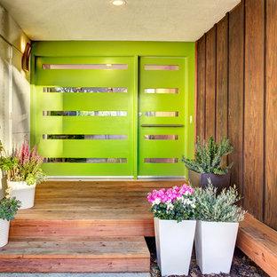 Exempel på en mellanstor retro ingång och ytterdörr, med en enkeldörr och en grön dörr