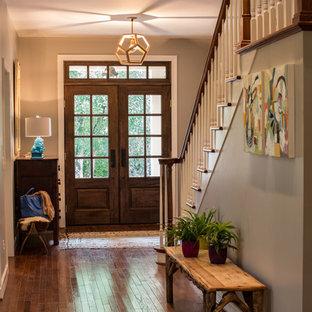 Idée de décoration pour une entrée tradition avec une porte double et une porte en verre.