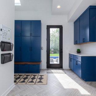 Источник вдохновения для домашнего уюта: большой вестибюль в стиле модернизм с белыми стенами, полом из керамогранита, серым полом, обоями на стенах, одностворчатой входной дверью, черной входной дверью и кессонным потолком