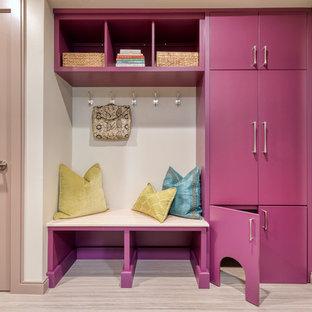 デトロイトの小さい片開きドアトランジショナルスタイルのおしゃれなマッドルーム (ベージュの壁、ベージュの床、リノリウムの床、紫のドア) の写真