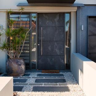 Exempel på en modern ingång och ytterdörr, med skiffergolv, en enkeldörr och en grå dörr