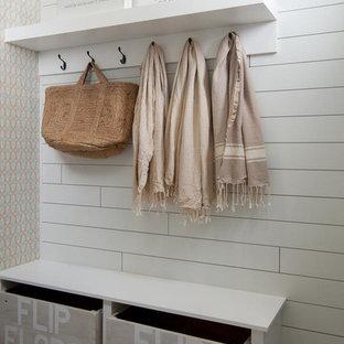 Ispirazione per un ingresso con anticamera stile marinaro di medie dimensioni con pavimento in gres porcellanato, pavimento multicolore e pareti bianche