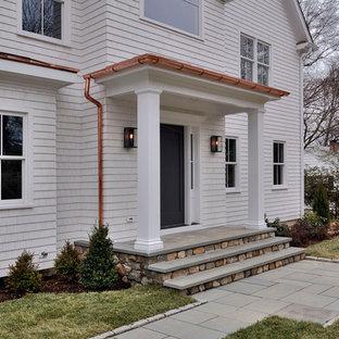 Неиссякаемый источник вдохновения для домашнего уюта: входная дверь среднего размера в классическом стиле с белыми стенами, одностворчатой входной дверью, черной входной дверью и полом из фанеры